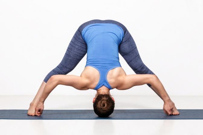 Eine Frau macht eine Ashtanga Yoga Übung