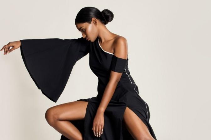 Eine Frau hat ein asymmetrisches Kleid und die dazu passende Frisur