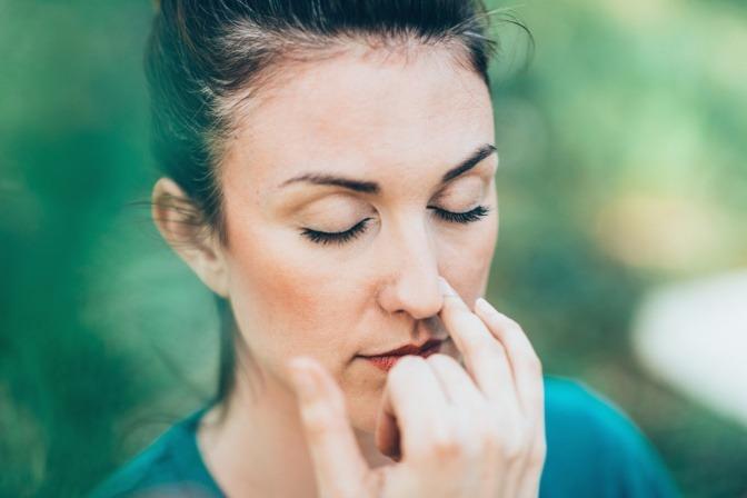 Frau macht Wechselatmung gegen Stress