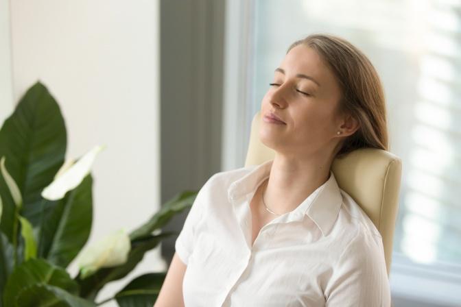 Eine Frau atmet am Stuhl