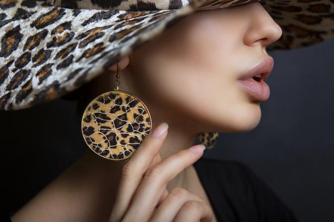 Eine Frau hat auffällige Ohrringe