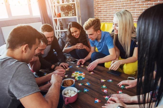 Eine Gruppe von Freunden hat viel Spaß beim Brettspielen.