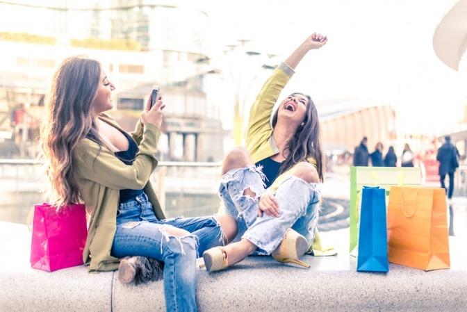 Zwei beste Freundinnen verbringen Zeit miteinander und haben sehr viel Spaß.