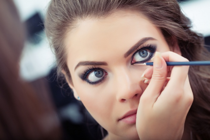 Die Augen einer Frau werden geschminkt