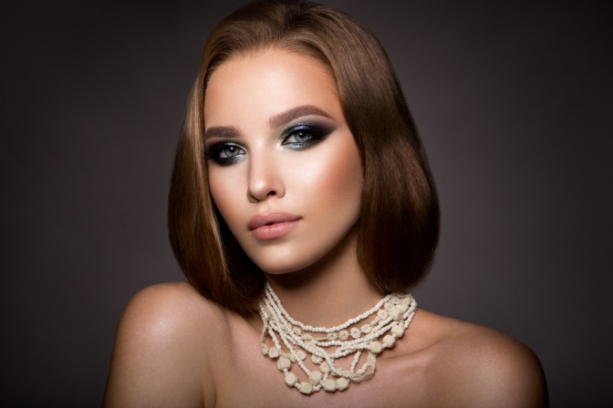 Eine Frau hat ein perfektes Augen Make up