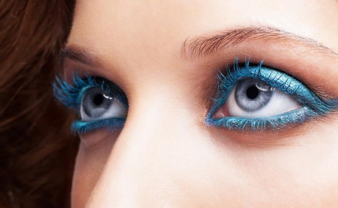 Frau mit starkem Augen Make up