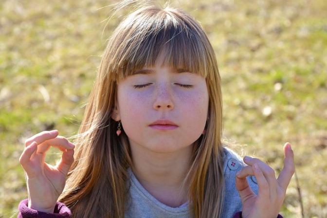 Ein Mädchen hat die Augen geschlossen