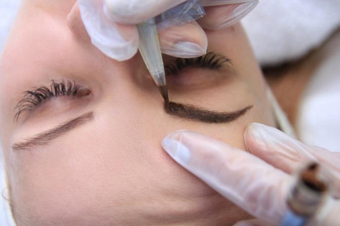 Eine Augenbraue wird mittels Permanent Make up geschminkt