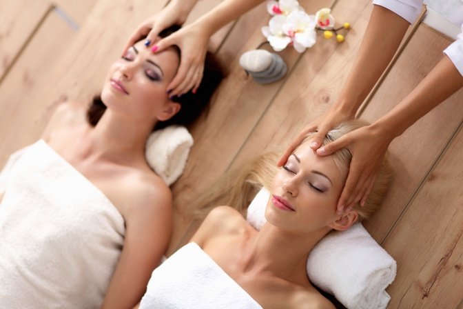 Zwei Frauen in einer Ayurveda Behandlung