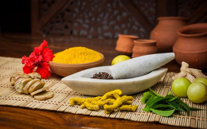 Verschiedene Lebensmittel für eine Ayurveda Ernährung liegen nebeneinander