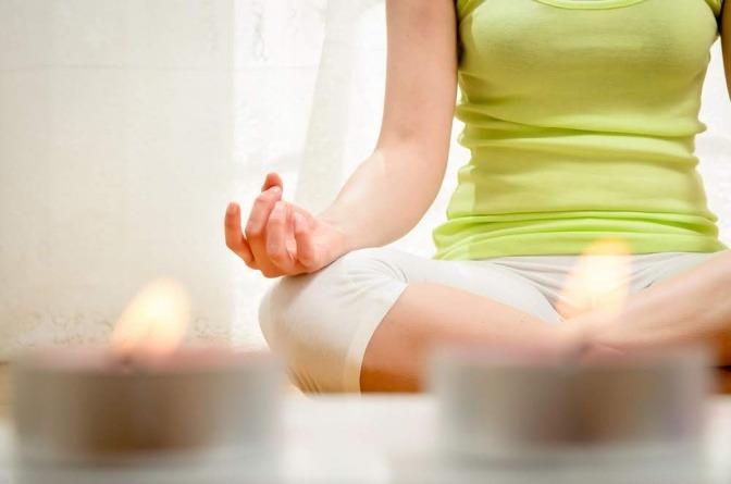Frau meditiert.