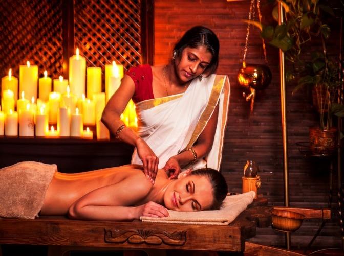 Eine Frau bekommt eine Ayurveda Ganzkörpermassage