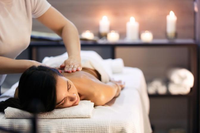 Eine Frau entspannt sich bei einer ayurvedischen Massage