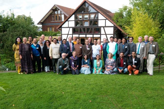 Die Teilnehmer und Teilnehmerinnen des Ayurveda Symposiums stehen in der Gruppe zusammen