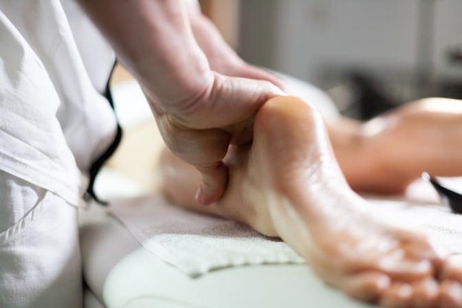 Eine Massage im Zuge einer Ayurveda Therapie Ausbildung