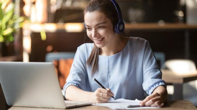 Eine Frau macht eine Online Ayurveda Ausbildung