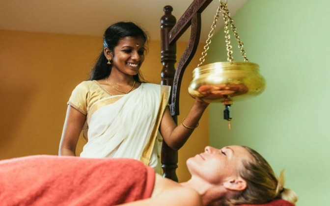 Eine Frau bekommt eine Ayurveda-Behandlung