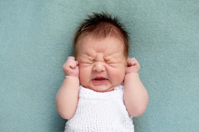 Baby mit Blaehungen schreit