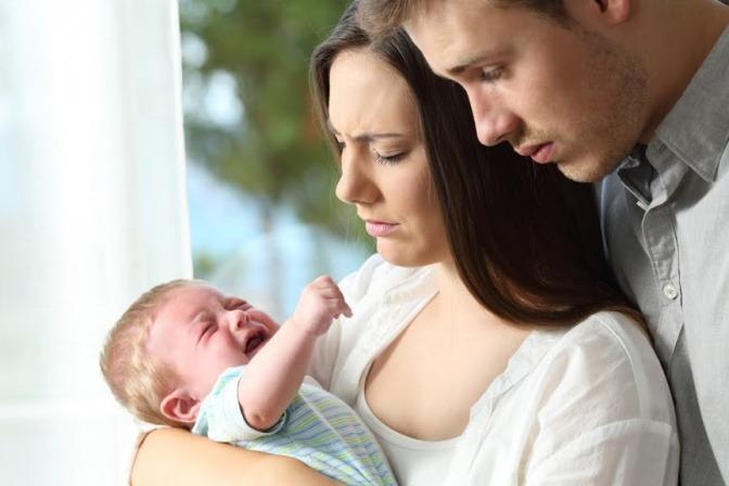 Mama und Papa wundern sich über ein schreiendes Baby