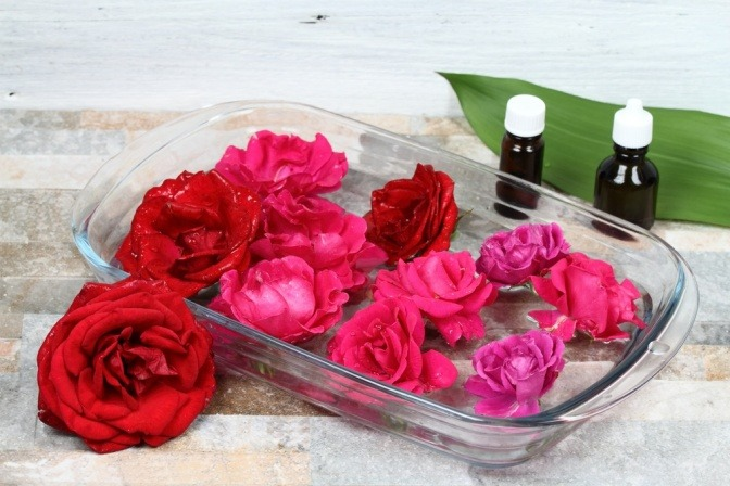 Rosenblüten und Fläschchen
