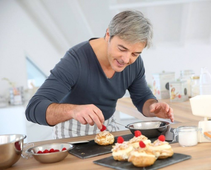 Mann backt Kuchen mit Süßungsmitteln