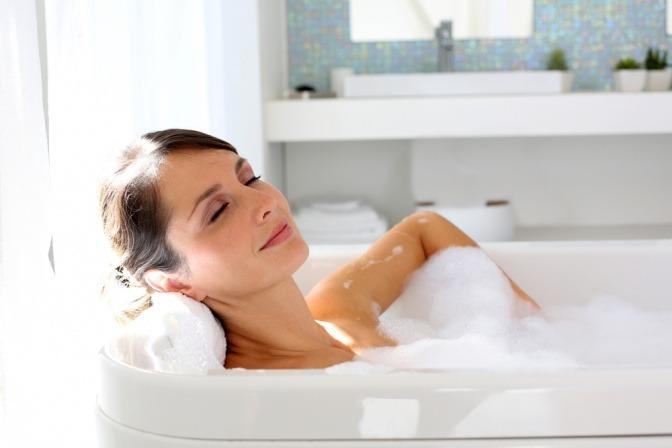 Frau in der Badewanne.