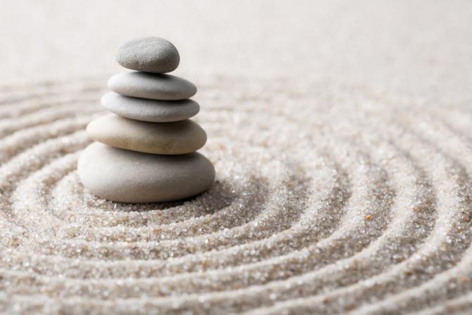 Steineturm im Sand.