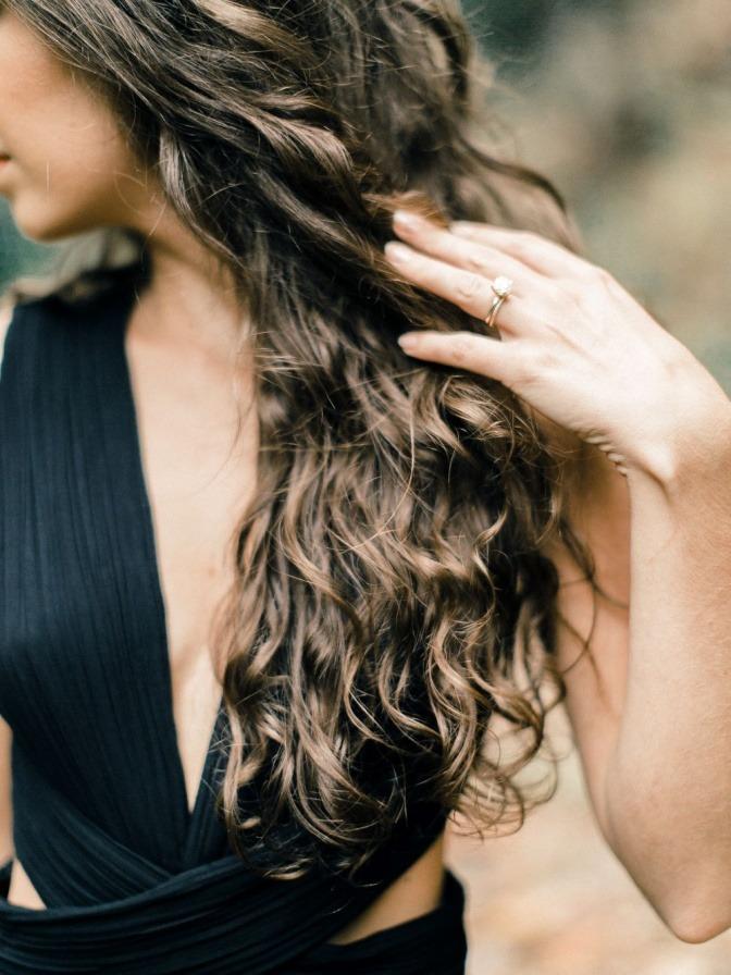Eine Frau hat eine trendige Frisur, in Balayage-Technik gefärbt
