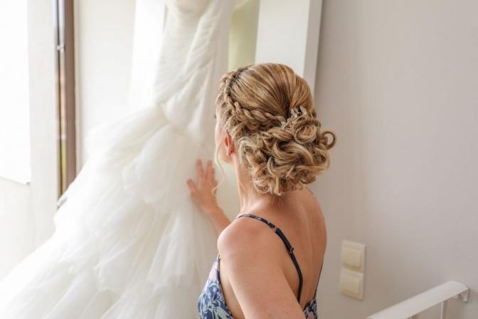 Frau mit langen halboffenen Haaren