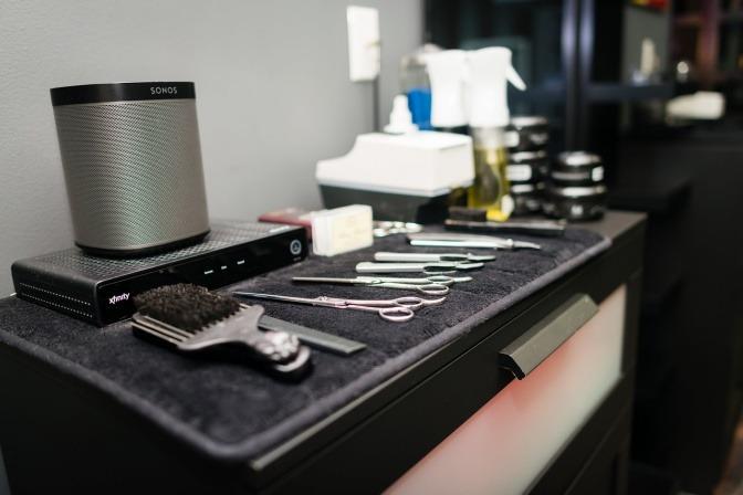 Diverse Werkzeuge und Bürsten für die Bartpflege sind sorgfältig nebeneinander aufgereiht.