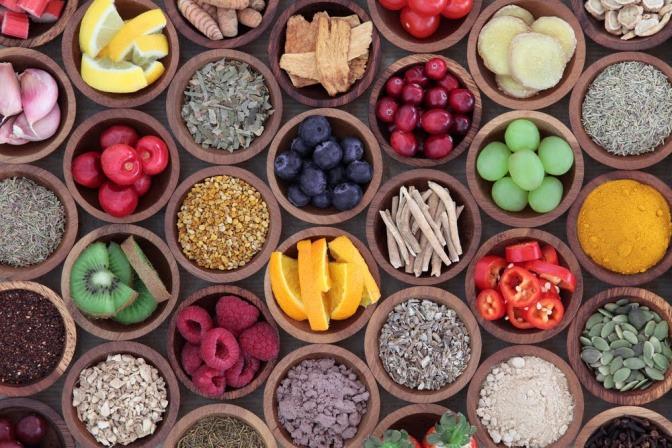 Obst, Gemüse und Gewürze in kleinen Schälchen