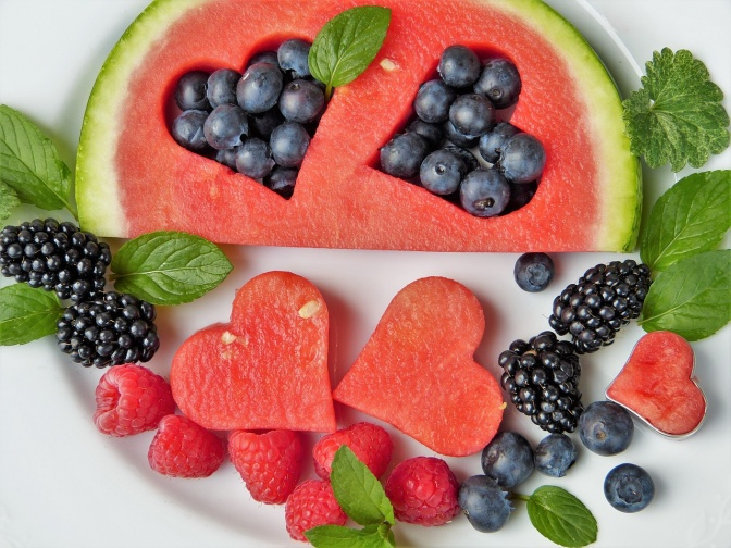 Melonen und Beeren hübsch arrangiert