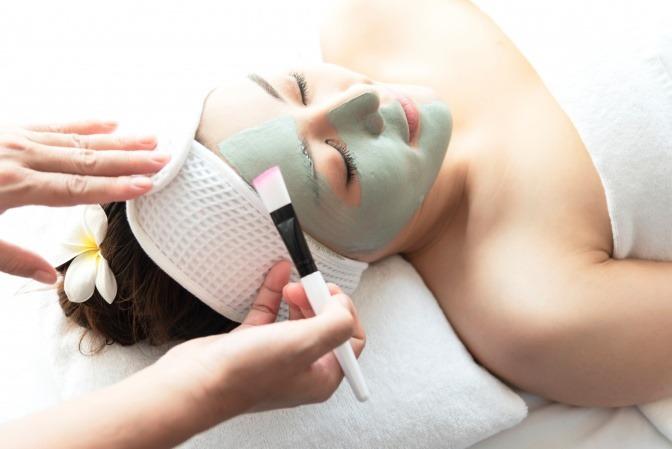 Frau im Kosmetikstudio