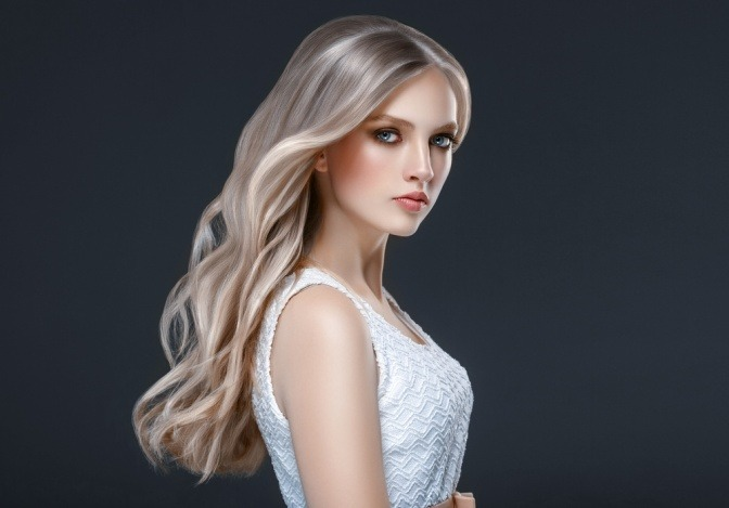 Eine Frau hat beige-blondes Haar