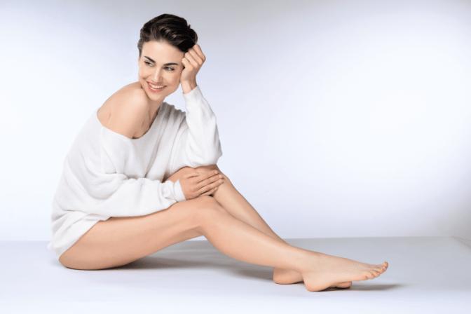 Frau mit Beinen ohne Cellulite
