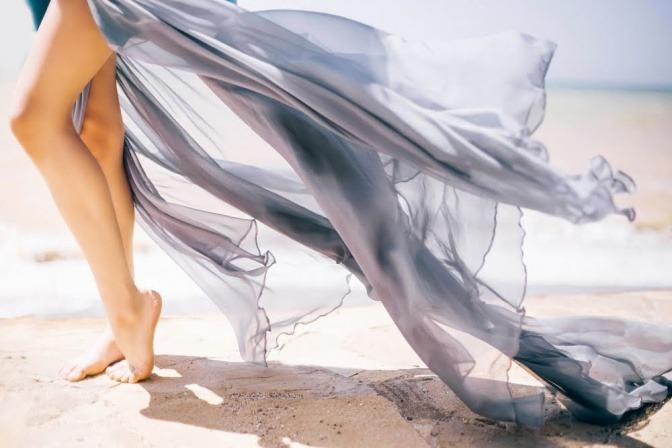 Frau versteckt ihr Lipödem unter einem Kleid