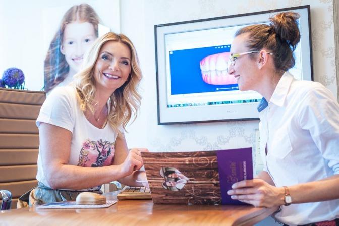 Die Zahnärztin Dr. Klarkowski führt eine Beratung durch