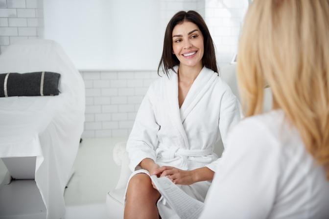 Eine Frau lässt sich bei der Kosmetikerin beraten