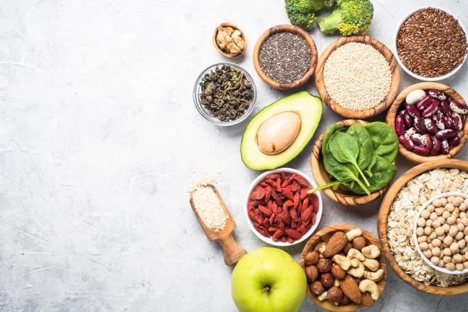 Gesundes Obst, Gemüse und Haferflocken als beruhigende Lebensmittel