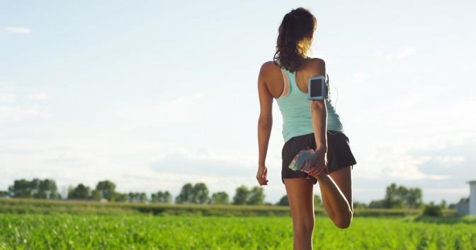 Eine Frau macht Sport um Besenreiser vorzubeugen