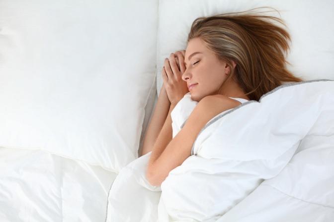 Frau kann im Bett besser schlafen nach leichtem Essen
