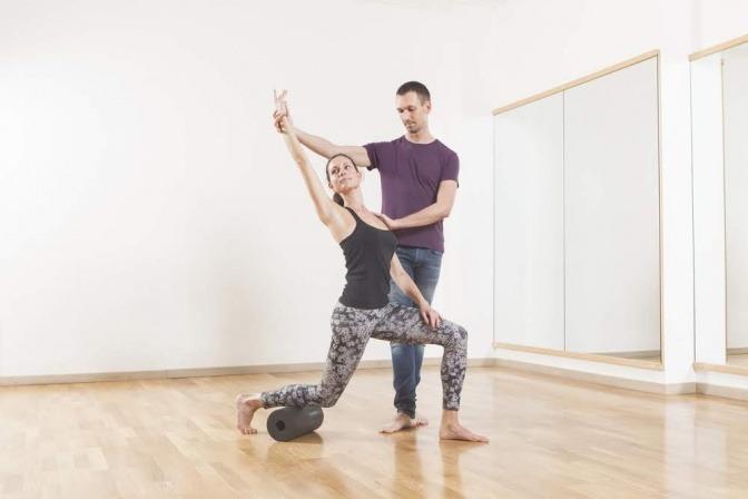 Ein Mann hilft einer Frau bei einer Bewegung