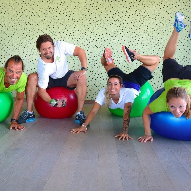 Eine Gruppe Menschen trainiert