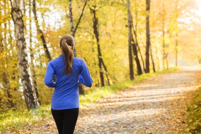 Eine Frau macht Bewegung an der frischen Luft