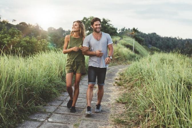 Ein Mann und eine Frau machen Bewegung in der Natur
