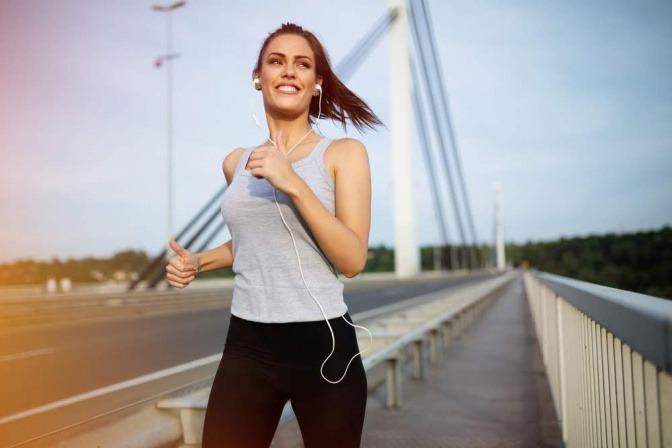 Wasser trinken und Bewegung an der frischen Luft können Kopfschmerzen oft schon lindern.