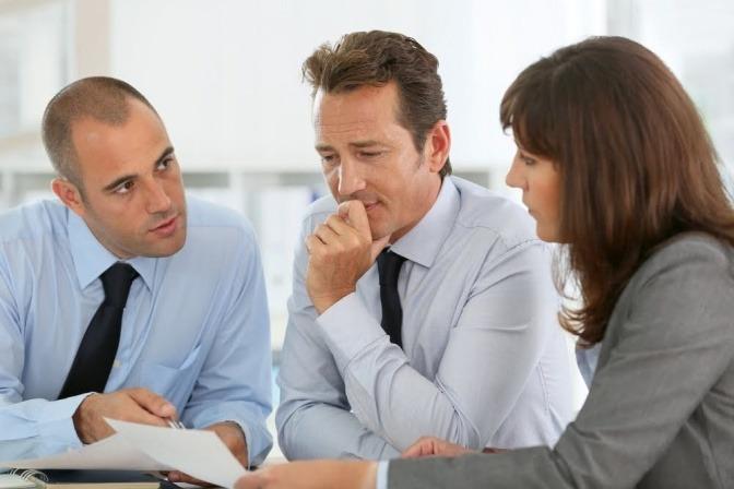 Drei Businesspartner im Gespräch