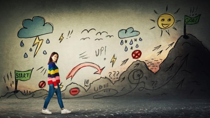Auf einer Wand ist eine Malerei, die eine Frau zeigt, welche eine Reise beginnt, auf der sie jede Menge Hindernisse erwarten.