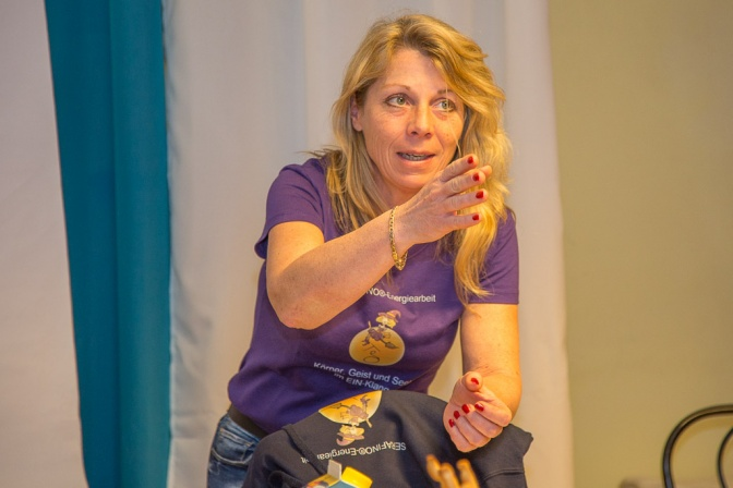 Birgit Thiel spricht mit Körpersprache