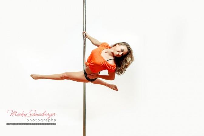 Frau beim Poledance